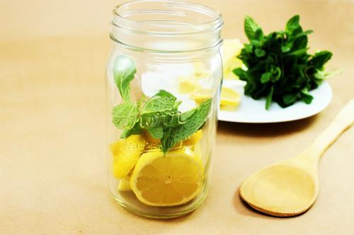 Cách làm nước detox giảm mỡ bụng từ chanh và bạc hà
