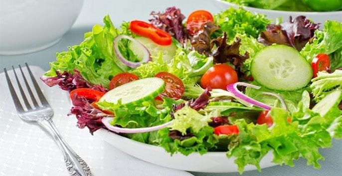 1 bát canh bắp cải nấu cà chua, 1 quả táo, 1 đĩa salad