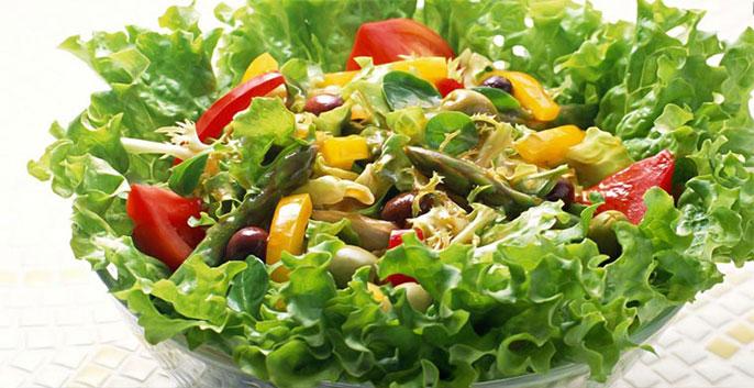 1 đĩa salad rau trộn, 1 cốc nước chanh pha mật ong, 1 quả táo vào buổi sáng ngày thứ 2 sẽ giúp bạn giảm cân tốt